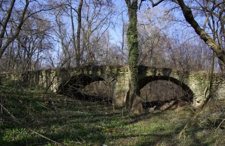 Dvojoblúkový kamenný most z 18. stor., ktorý prechádza cez bývalé rameno Dunaja v západnej časti Bažantnice
